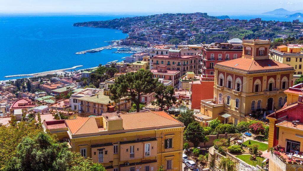 Pizza är bara en av höjdarna i vackra Neapel.