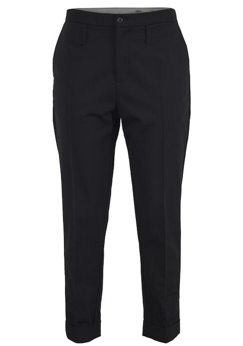 Klassik kostymbyxa från HOPE i en ledig modell med något avsmalnande ben. Snedställda fickor i sidorna och lägre placerade hällor i midjan. En modell som passar de flesta kroppstyper, 1 400 kr, MQ.