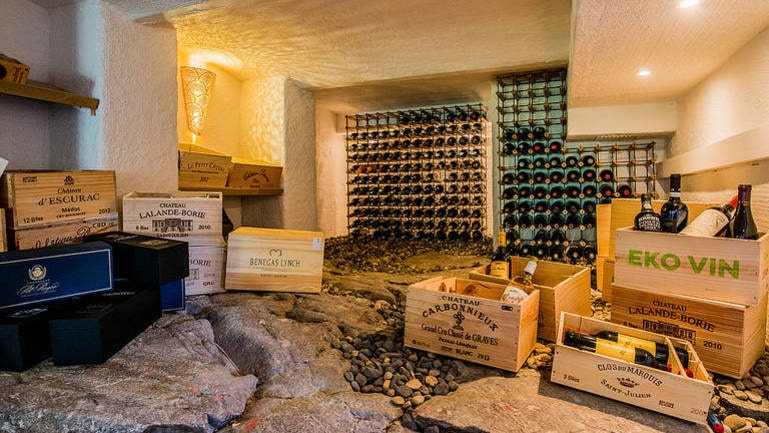 ... och en ovanligt läcker vinkällare med bergstenarna kvar som golv.
