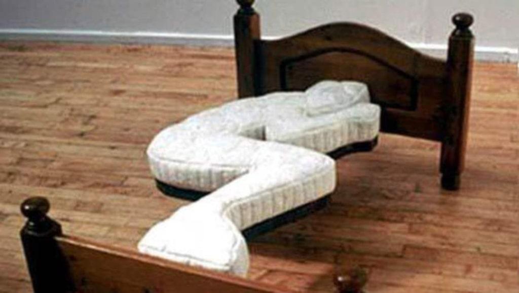 Ormsäng. Eller en säng för den som är lite krokig i kroppen. Varning för att vända sig i sömnen!