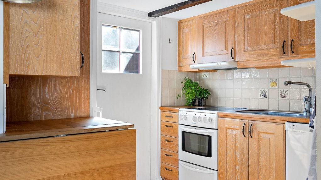 Köket är en del av den öppna planlösningen på nedre plan.