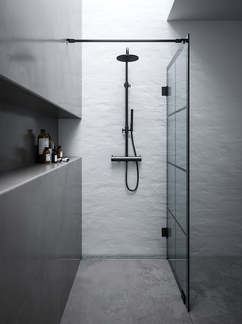 Trenden med fönsterväggar i glas och metall syns även i badrummet. Skärmväggen Rista från Svedbergs är en uppdatering av 180°-serien, med härdat säkerhetsglas och metallprofil i matt svart. Dolda montage- och klämskruvar. Tröskelfri och handikappsvänlig, ger möjlighet till ett anpassat duschutrymme. Cirkapris: Skärmvägg Rista 180° fast, 6830 kronor, duschbatteri Vist, 16 990 kronor.