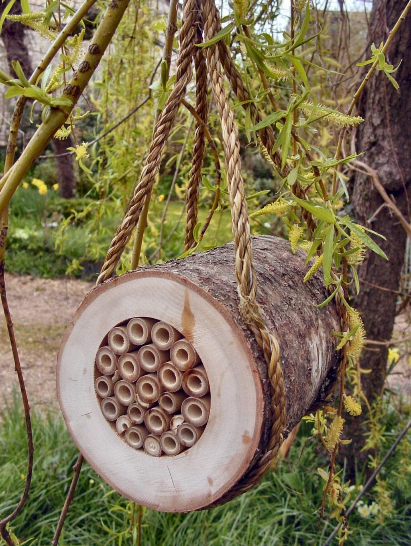 Insektsholkar är trendiga. Hjälp bin och andra insekter som är livsviktiga för pollineringen. Denna kommer från Plantagen.