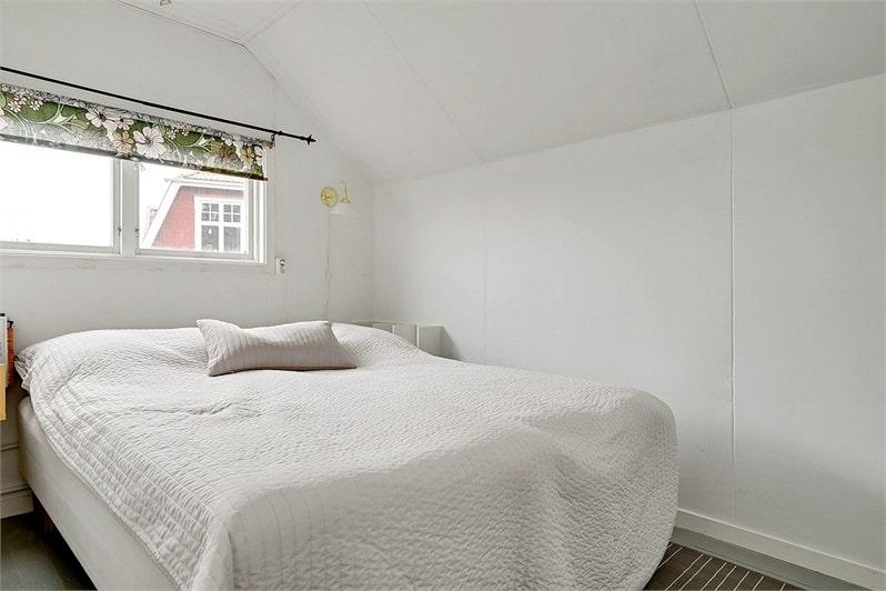 Ett av två sovrum på övre plan.