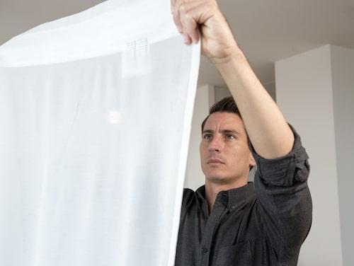 """Mauricio Affonso, produktutvecklare på Ikea, har jobbat med att ta fram gardinen """"Gunrid"""" som ska rena inomhusluften."""