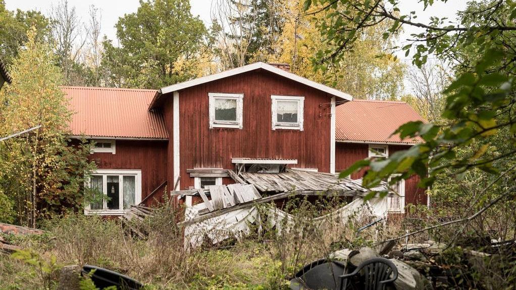Huset har stått övergivet i fem, tio år och är i stort behov av renovering.
