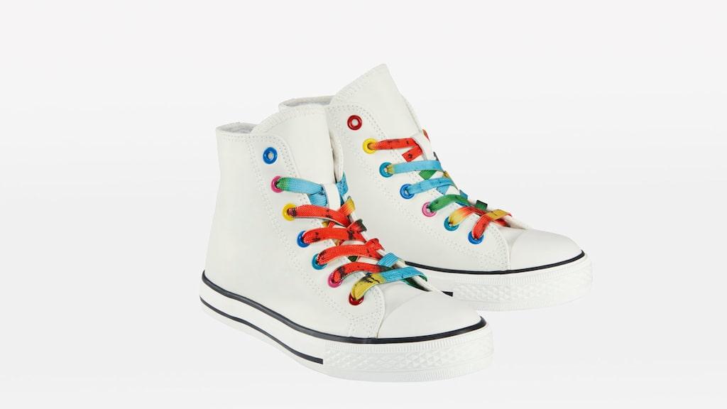 Sneakers med regnbågsfärgade skosnören.