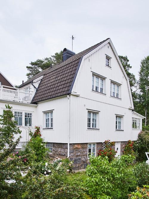 Huset är byggt på 1930-talet. För ett par år sedan förädlades den med en glasveranda.