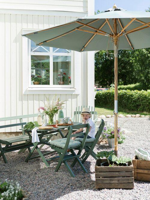 Sommarfika med kaffe, saft och hemgjord rabarberpaj.