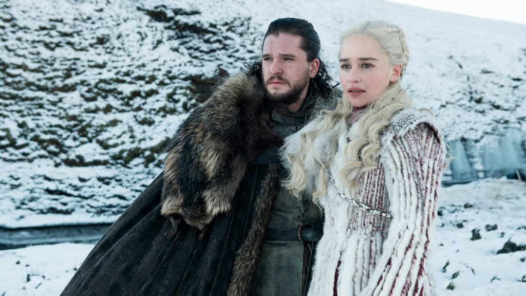 """Jon Snow (Kit Harington) och Daenerys Targaryen (Emilia Clarke) i en scen från premiären av sista säsongen av """"Game of Thrones""""."""