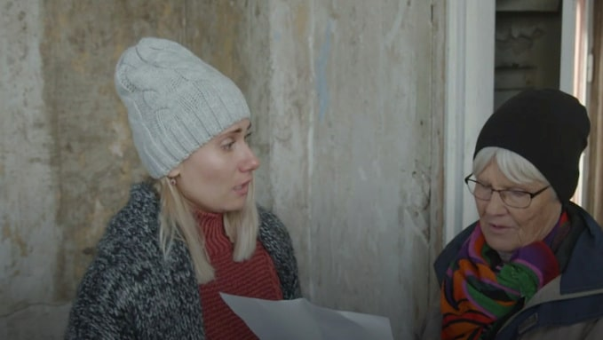 En kvinna från byn som bott på slottet kommer med ett urklipp som berättar om de tre barnen som dog och låg i slottet...