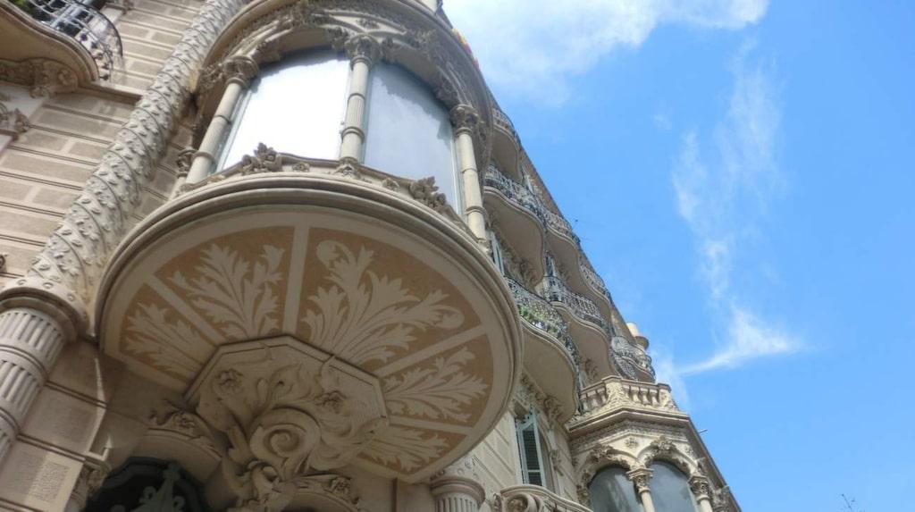 Ta en promenad i Eixample och lyft blicken - många av fasaderna är fantastiska.