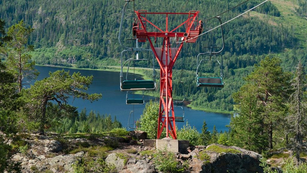 Om du inte skulle orka vandra den 2,5 kilometer långa stigen uppför Skuleberget kan du ta linbanan upp.