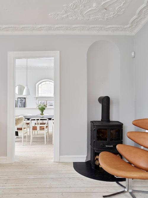 I vardagsrummet står Erik Jørgensens Corona-stol som paret har klätt om i konjaksfärgat läder. Även Y-stolarna i köket fick nya lädersitsar på samma gång.