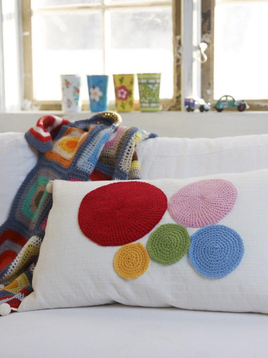 Färgglad. Mixa favoritfärgerna och skapa en personlig kudde till soffan.
