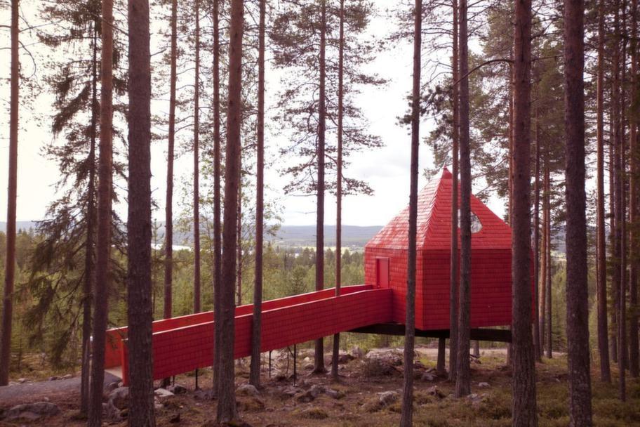 """The Cone, eller """"Blå kotten"""", är handikappanpassad och ritad av arkitektbyrån SandellSandberg. Foto: Peter Lundstrom, WDO - www.treehotel.se"""