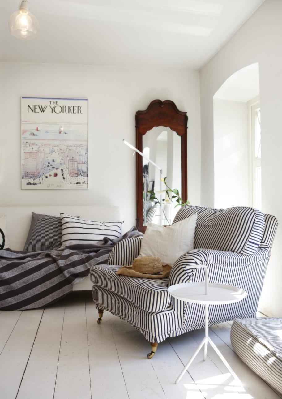 Randig.<br>Soffa från Ikea och fåtölj från Strega. Vitt sidobord från Hay. Spegel från USA.