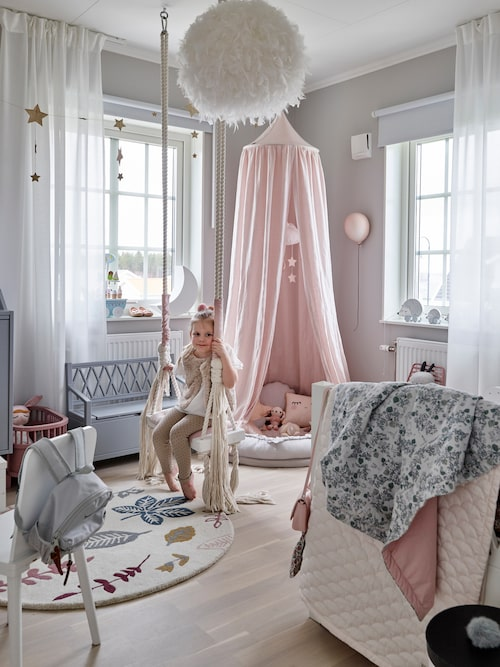 Julias rum är en riktig dröm med gunga och allt ett barn kan önska sig. Gunga, Babylove, matta, säng och bänk från Cam Cam Copenhagen, gardiner Ikea.