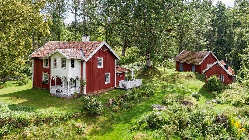Den lilla gården uppfördes 1890 och ligger idylliskt vid en sjö i Stockaryd i Småland.
