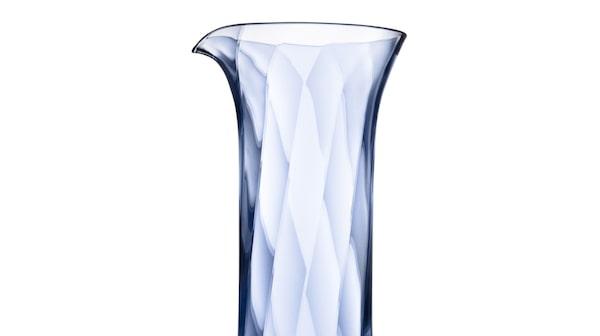Fynda glas på Kosta outlet – här en karaff i populära serien Chateau.