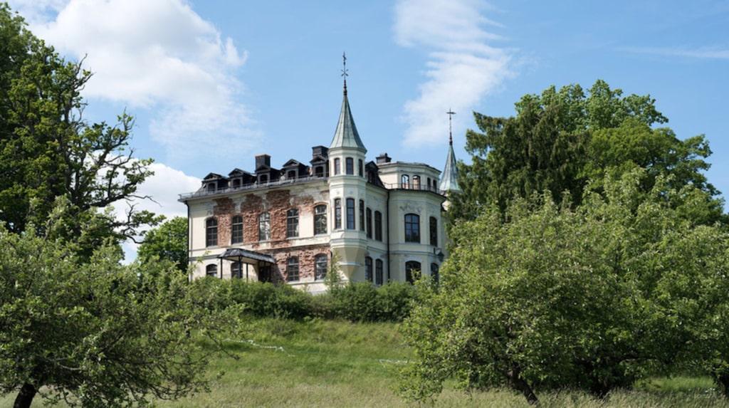 Det är Hägerstads slott i Åtvidaberg som nu ligger ute till försäljning på Hemnet.