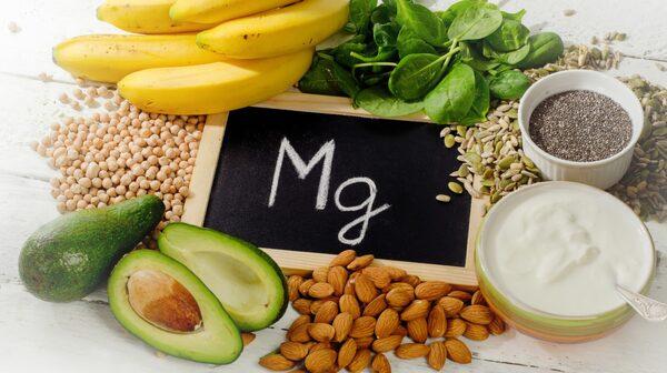 Magnesium hittar du i vetekli, sötmandlar, hassel- och cashewnötter, sojabönor, bovete, råris, hirs, räkor, banan och ostron