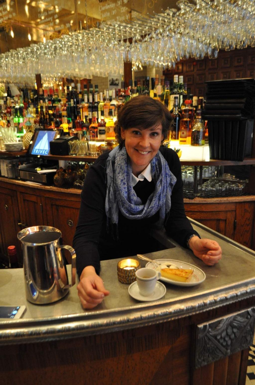 Lottie Knutson  är en obotlig nostalgiker och har bott i Paris i många  år. Där har hon nött, stött och blött den franska huvudstadens zinkdiskar och ger här sina bästa adresser.