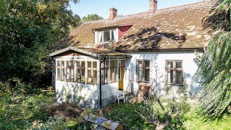 """Nu finns chansen att skapa en egen drömgård i Skåne. Men när mäklaren skriver """"omfattande renoveringsbehov"""" menar han det."""