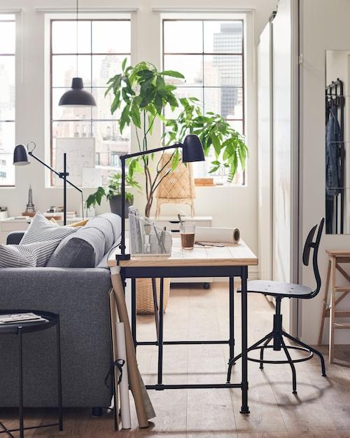 Skrivbord Kullaberg i massiv furu och stål, 110 x 70 centimeter, 1 295 kronor, skrivbordsstol Kullaberg i plywood och björkfaner, arbetslampa Skurup i stål, 94 x 12 centimeter, allt från Ikea.