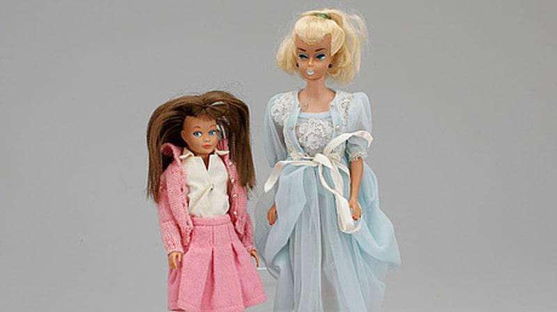 <p>Barbie och Skipper, dockor från 60-talet. Tillhörande kartonger och boxar med handtag. Sålda för 2000 kronor. </p>