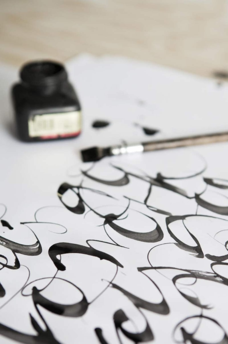 Ylva väljer penna efter vilket uttryck hon vill skapa. Alla original är handskrivna eller handgjorda.