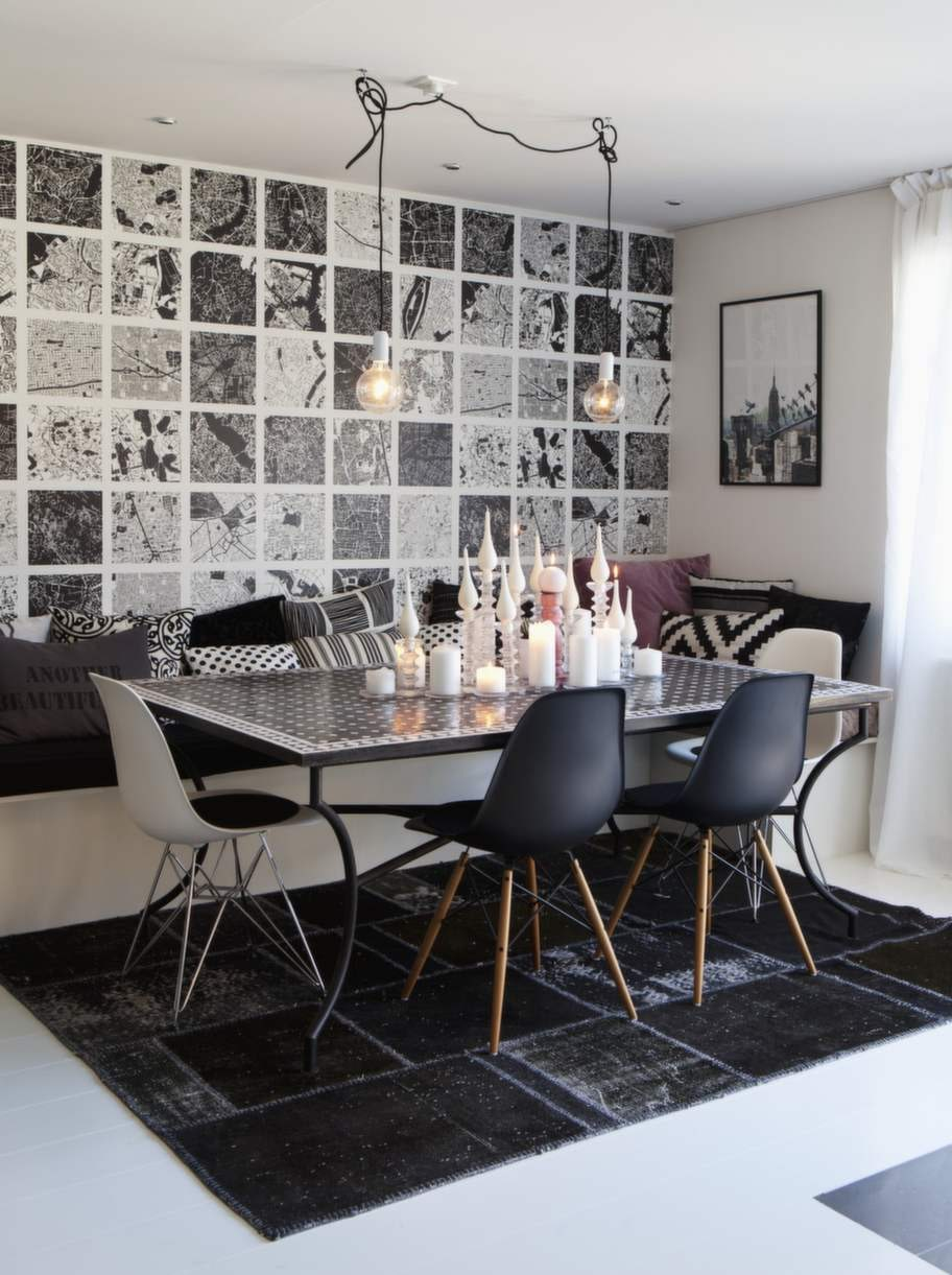 Tapet från Mr Perswall med världens alla städer som kartbilder. Bordet med mosaikplattor är från Rif design och mattan kommer från Room. Stolarna är paret Eames klassiker. Ljus från Vio ljusfabrik.