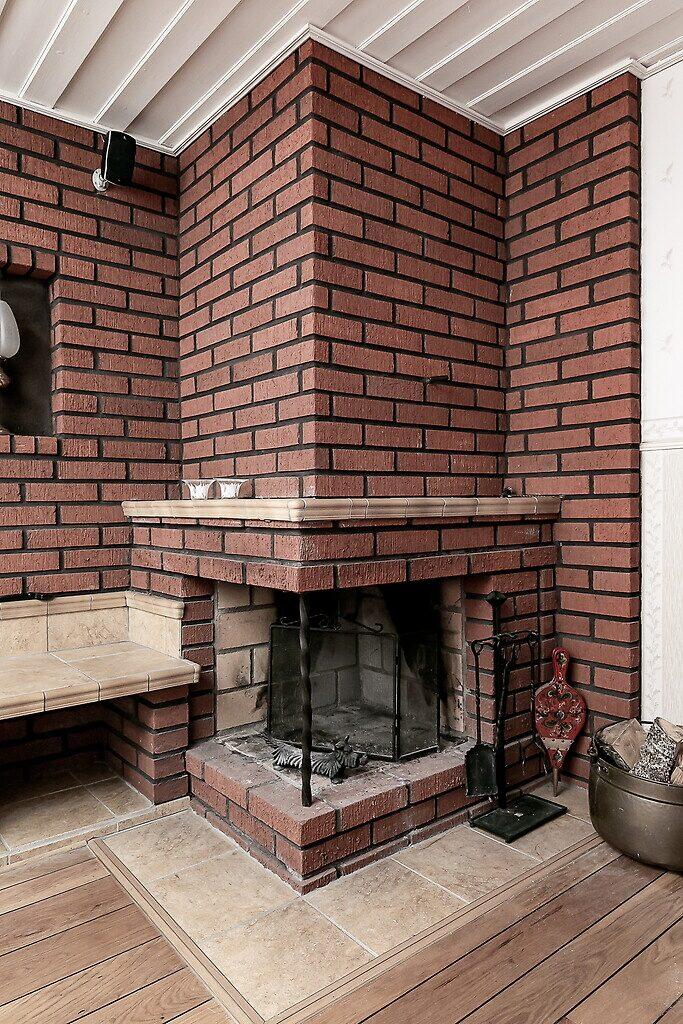 I vardagsrummet står en pampig eldstad.