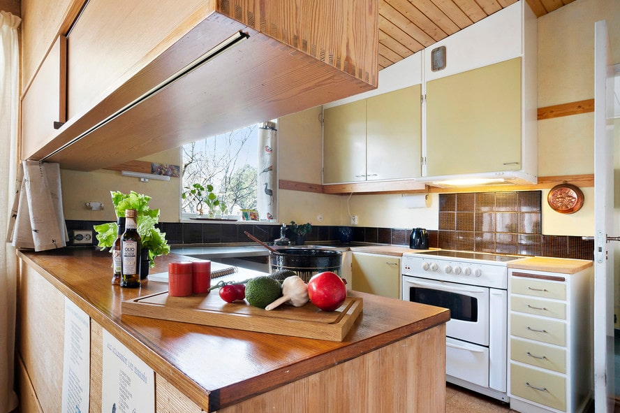 Luckorna i köket är original.
