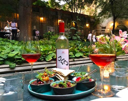Café Littera serverar lyxig mat på en av Tbilisi vackraste innergårdar.