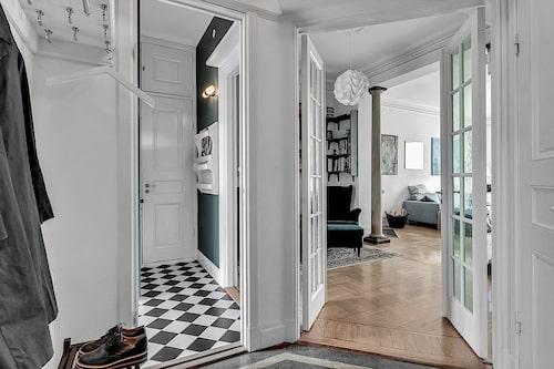 I lägenheten finns vackra spegel- och fönsterdörrar.