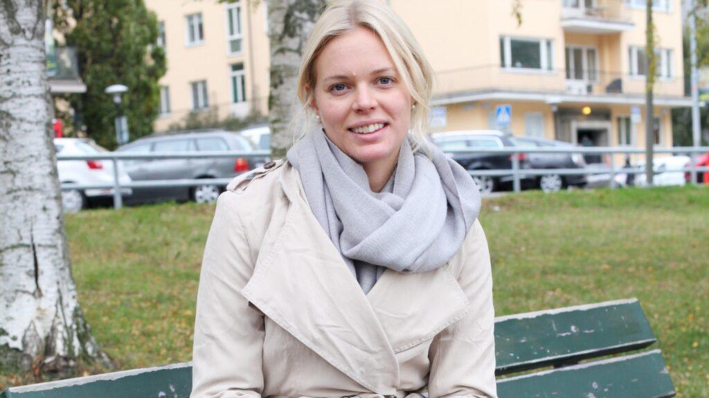 """Brukar du ha ont i fötterna? Josephine Broberg, 27, civilingenjör, Stockholm: """"Ja, jag har ont i knät. Det är från en tidigare handbollsskada, då jag fick operera knät fyra gånger. Har fortfarande ont och kommer ha det hela livet. För att lindra smärtan brukar jag styrketräna."""""""