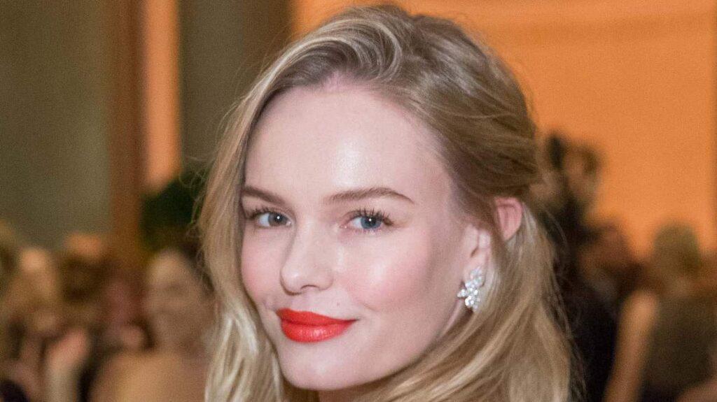 <p>Kate Bosworth matchar klänningen med röda läppar.</p>