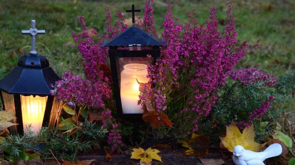 <p>Under allhelgonahelgen minns vi våra döda på ett särskilt sätt. Gravarna smyckas med blommor och tända ljus och många kyrkoförsamlingar bjuder in dem som mist en nära släkting under året till en minnesgudstjänst.</p>
