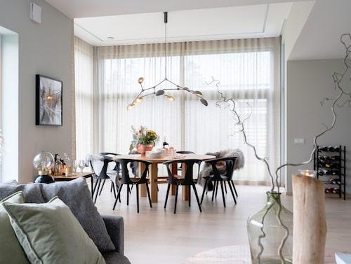 Matplatsen som också är en vinterträdgård ligger praktiskt belägen intill köket. Matbordet är specialbeställt. Stolar, &Tradition. Taklampa, 101 Copenhagen.