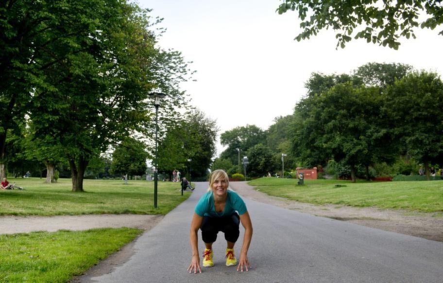 """<strong>Gör utfall och grodhopp</strong><br>Mät upp 20 steg och gå framåt med djupa steg  som böjer knäna i 90 grader. Kör grodhopp på vägen tillbaka. Böj knäna,  sätt dig på huk och nudda marken och hoppa så långt du kan mellan varje  steg. Stärker och """"höjer"""" musklerna så att rumpan blir hårdare och  fastare.<br><strong>HUR OFTA: </strong>20 steg och 20 hopp gånger sex repetitioner.<p><br></p><p><strong>RESULTAT</strong><br>Om  man har ätit mycket kolhydrater under sommaren så förbränner man det  som finns lagrat i kroppen, så vecka ett fungerar som en detox. En bra  struktur gör att man blir mer motiverad att fortsätta. När man tränar så  förlorar man mycket vätska, dels av att man svettas men också av  andningen. Många kommer hem vätskefyllda från semestern, man har suttit i  en bil, flugit eller liknande så man kan lätt gå ner 2-3 kilo och  rumpan känns absolut fastare efter en vecka.</p>"""