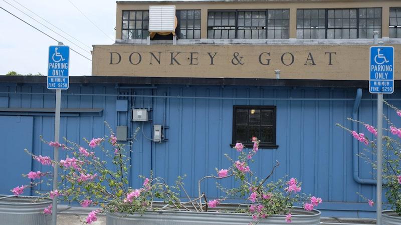 Doneky & Goat är ett av Berkerlys urbana vinerier som satsar stort på naturliga viner. Den här typen av vinerier finns runtom i hela världen.