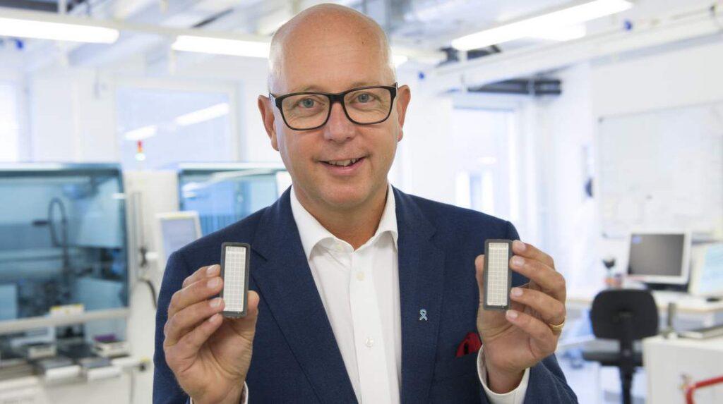 Professor Henrik Grönberg visar upp det nya testet.