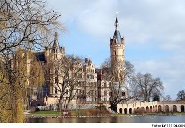 STORT OCH STÅTLIGT. Schweriner Schloss dominerar staden. Det ligger på en ö i sjön oc var från början en slavisk borg.