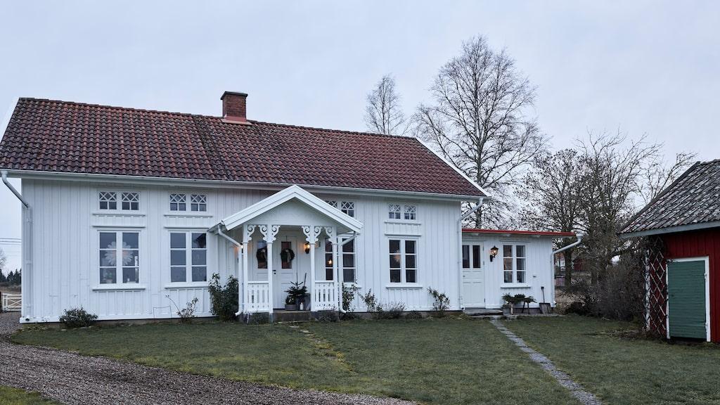 Den vackra 1800-talsgården ligger i byn Bredene i Åsarp, Falköping kommun.
