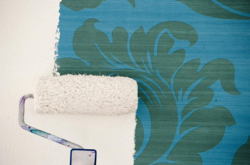 Vinyltapet är en hårt plastad tapet. Vinyltapeter har ofta någon form av struktur. Vinyltapeter är oftast spaltbara, dvs. har två lager varav baksidan är av papper och framsidan av plast. Dessa lager går att separera från varandra och lämnar papperssidan kvar på väggen vid spaltning.
