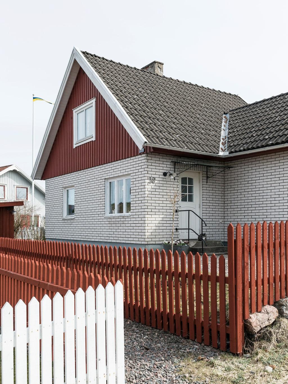 Huset ligger i Sveriges äldsta detaljplanerade egnamhemsområde i Strömslund i Trollhättan. I framtiden planerar Caroline och Jonas att återskapa fasaden till ett mer ursprungligt utseende.