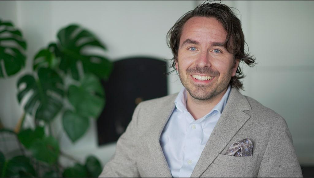 """Att gå från stora till små bud är ett vanligt misstag, enligt mäklaren. """"Då blir du lättläst"""", säger Jakob Johansson, fastighetsmäklare."""