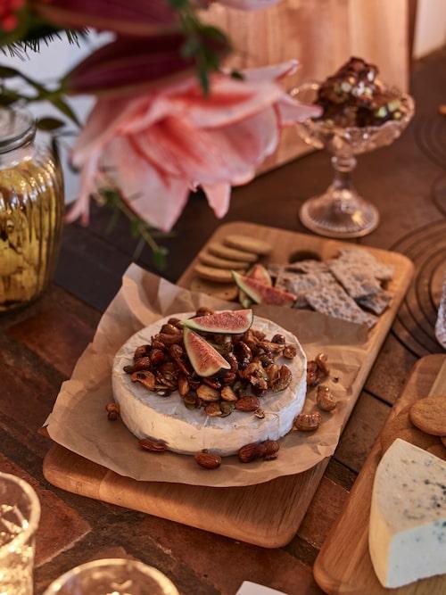 Brietårta med honungsrostade nötter är en klar favorit på gottebordet till jul hos Olivia och Linus.