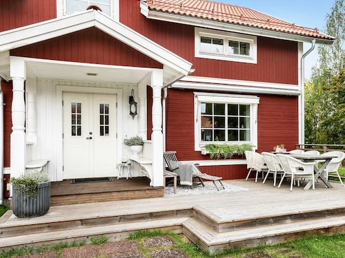 Charmigt hus och charmig tomt – huset i Leksand är till salu för 2 795 000 kronor.